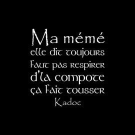 Tee shirt Kaamelott Kadoc Ma mémé elle dit toujours faut pas respirer d'la compote ça fait tousser noir